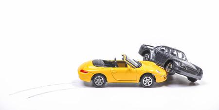 Auto-ongeluk tussen een gele sportwagen en een zwarte sedan met rem tracks. Simulatie met modelauto's Stockfoto