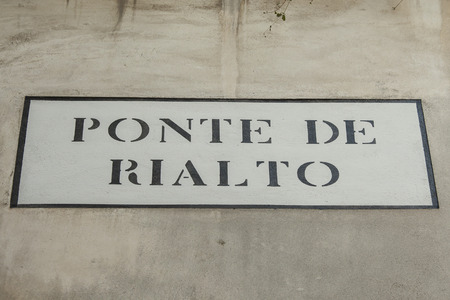 localization: Sign on the Rialto bridge in Venice