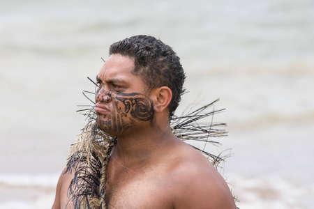 verdrag: NIEUW-ZEELAND-6 februari Maori krijger met nep-tattoo op een Haka op Waitangi Day viering, 6 februari 2009 Waitangi Day is een feestdag, jaarlijks op 6 februari aan de ondertekening van het Verdrag van Waitangi te vieren Redactioneel
