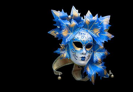 Máscara veneciana en azul y oro sobre un fondo negro