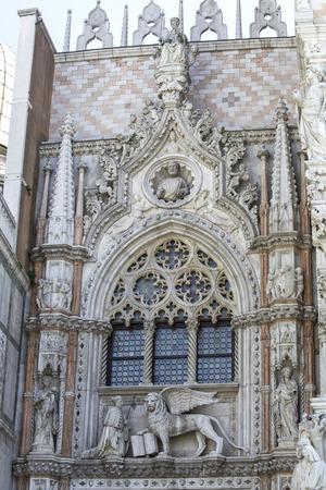 leon alado: Estatuas de m�rmol del le�n con alas (el s�mbolo de Venecia) y el dux Francesco Foscari por encima de la puerta de papel (Porta della Carta) del Palacio Ducal de Venecia, Italia. Editorial