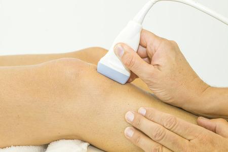 piernas hombre: Ultrasonido eco en la rodilla de una mujer Foto de archivo