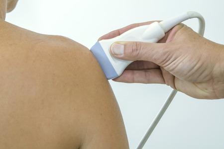 Ultraschallecho auf die Schulter einer Frau Standard-Bild