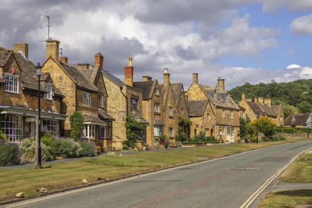 Street with pretty vintage cottage houses in Broadway, Cotswolds in Worcestershire, UK