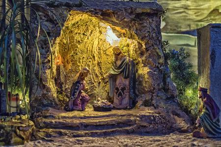 guardería: Escena del pesebre de Navidad con las estatuillas incluyendo a Jesús, María, José y los magos. Foto de archivo