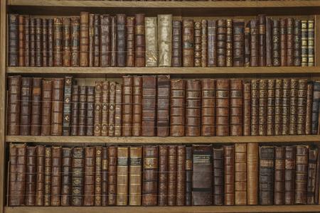 libros antiguos: Estantes de madera con libros de cuero antiguos