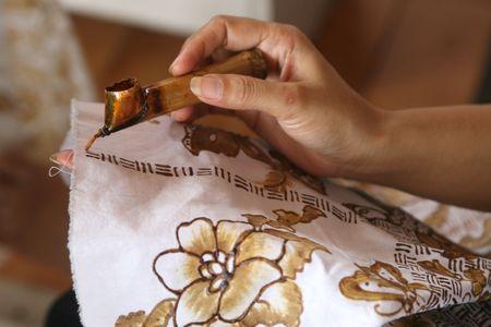 batik: Belle peinture de Batik sur un tissu blanc
