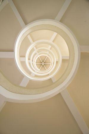En gros plan d'un escalier en colima�on.