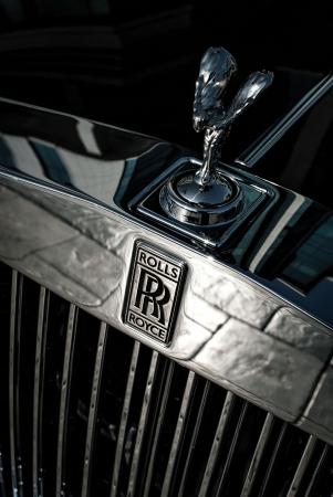 extase: Voorkant van de Rolls Royce auto met logo en The Spirit of Ecstasy motorkap ornament, gefotografeerd in lage diepte-van-veld Redactioneel
