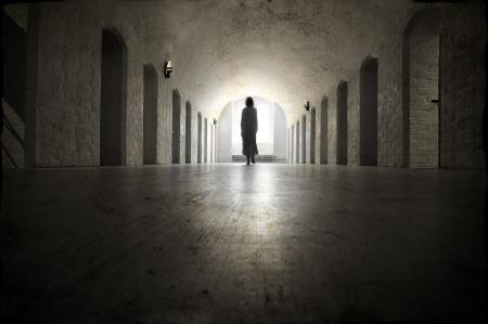 Ghost in een oude middeleeuwse krankzinnigengesticht Stockfoto