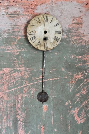 reloj de pendulo: Reloj de péndulo antiguo en una pared rota