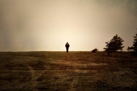 hombre solo: Imagen de textura suave con piedra arenisca de la marcha humana solo en un páramo.