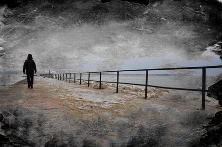 uomo sotto la pioggia: Immagine Creative texture sgangherata di persona sola che cammina sul molo. Archivio Fotografico