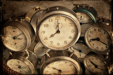 reflexion: Vintage relojes de alarma con la reflexión en el mirrow, estilo de textura. Foto de archivo