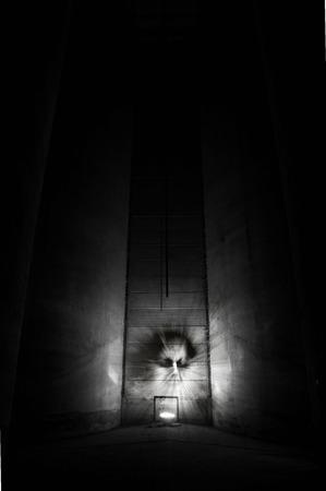 Demonio en un edificio oscuro. Foto de archivo