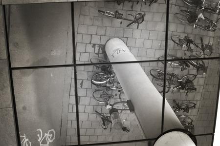 reflexion: Bi ciclos aparcados en una reflexi�n urbano.