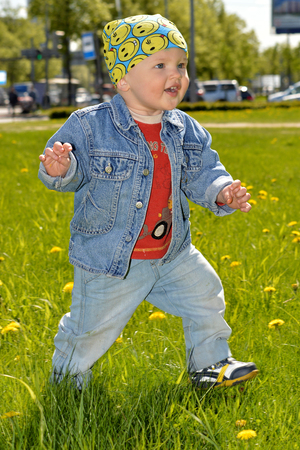 kiddy: The kid is walking in a summer Park