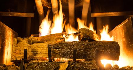 Loderndes Feuer in Gasfeuerplatz Standard-Bild - 87232970