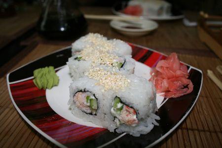 dikon: Stick para una comida y el sushi sobre un fondo negro