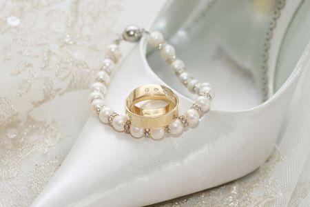 Sandales de mariage et de la décoration des anneaux de mariages sur voile de mariée