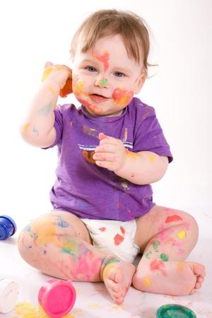 piedi nudi ragazzo: Bella pittura felice piccolo bambino con colori isolato su sfondo bianco Archivio Fotografico