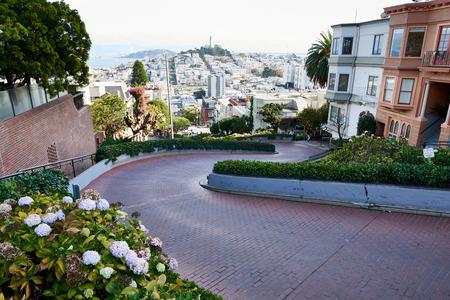 サンフランシスコの風光明媚なクルックド ロンバード ストリート ビュー