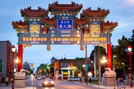 ortseingangsschild: Am 7. Oktober 2010 wurde in Ottawas Chinatown ein königlicher Kaiserbogen enthüllt. Der Bogen wurde seitdem zu einer Attraktion für Touristen.