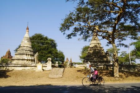 buddhismus: Trishaw on road near Nyaung U, Bagan, Myanmar Editorial