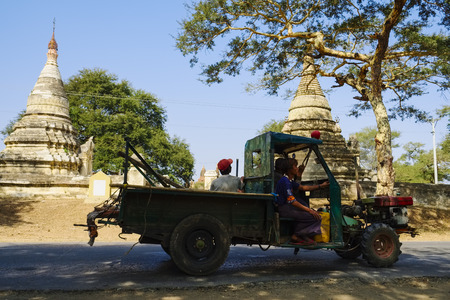 buddhismus: Truck on road near Nyaung U, Bagan, Myanmar