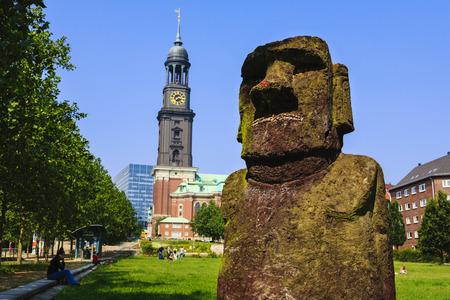 moai: Angelito - replicaci�n de Estatua de Moai de Isla de Pascua en Schaarmarkt, Hamburgo, Alemania