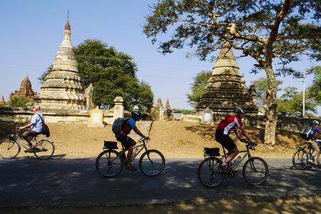 buddhismus: Cyclists on road near Nyaung U, Bagan, Myanmar