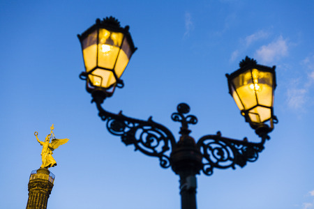 lampe: Historic street light in front of Siegessaeule Victory Column, Berlin, Germany