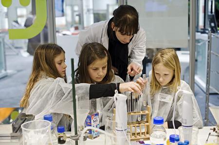 Děti na stánku Spolkového ministerstva pro vzdělání a výzkum, Zelený týden 2010, Berlín, Německo Redakční
