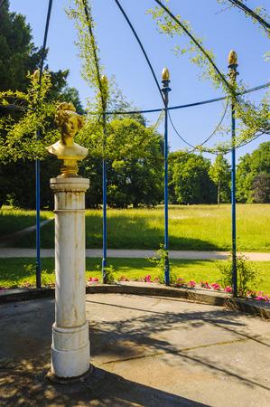 sonntag: Busto de la cantante Enriqueta Sonntag, Branitz Park, Cottbus, Brandeburgo, Alemania Editorial