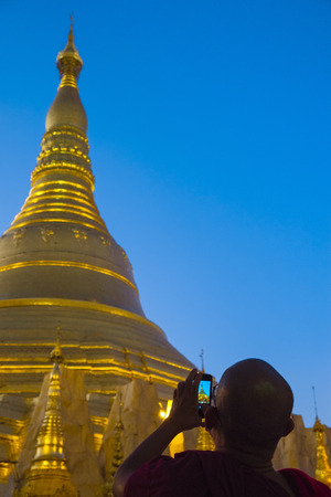buddhismus: Monk at Shwedagon pagoda, Yangon, Myanmar, Asia