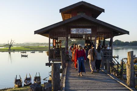 buddhismus: At the U Bein Bridge near Amarapura, Myanmar, Asia Editorial
