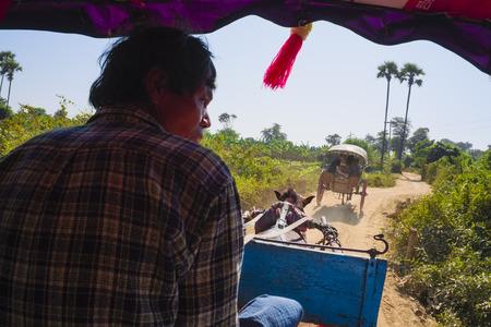 asien: Horse-drawn carriages, Inwa, Myanmar, Asien Editorial