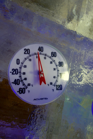 얼음에 실외 온도계
