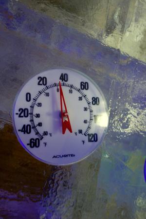 outdoor thermometer on ice 版權商用圖片