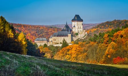 Karlstejn gotisch kasteel dichtbij Praag, het beroemdste kasteel in Tsjechische Republiek, de herfstseizoen