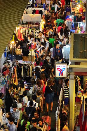 Noche un mercado en Siam Square Bangkok, Tailandia