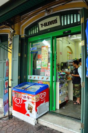 lado oculto de 7-Eleven en el camino de Na Phra LAN Bangkok, Tailandia