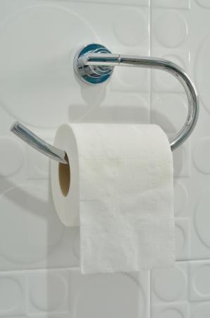 einrollen: Toilettenpapier auf den Halter h�ngen