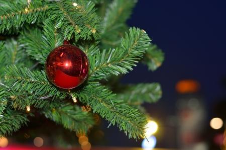 �rbol de navidad y la bola roja