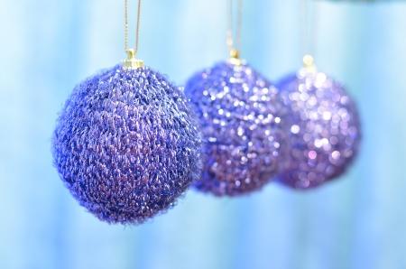 pompom: tre blu pompon decorazione di palla di Natale su bokeh