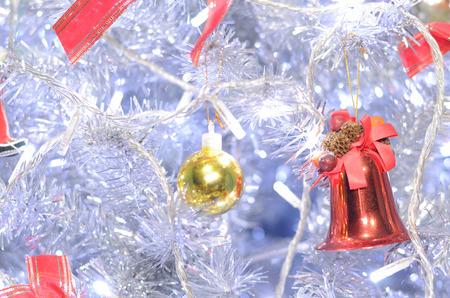 decoraci�n de la Navidad con la campana de color rojo y bola de oro Foto de archivo