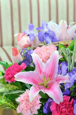 close up flores de colores en una cesta