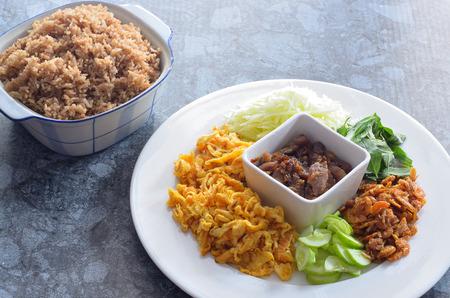 arroz frito con pasta de camarones, comida tailandesa