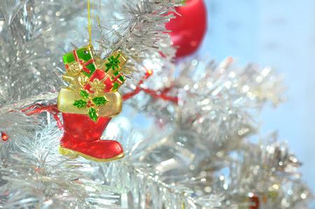 �rbol de navidad de plata y objetos de decoraci�n