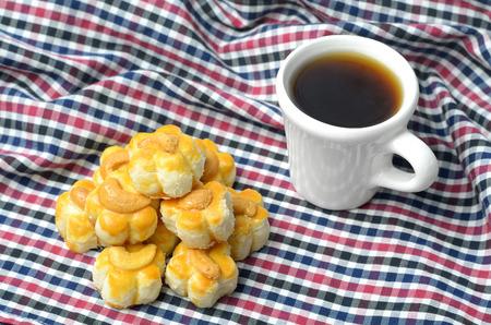 cookies (tailand�s dulce) con el anacardo y la taza de t�